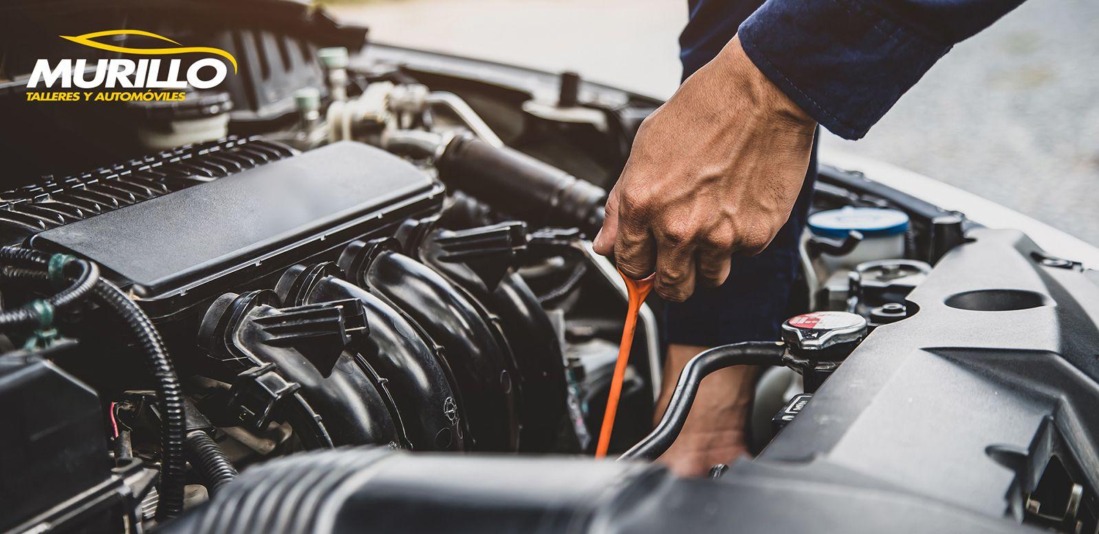 Fotografia Revisar los niveles del coche y la presión de los