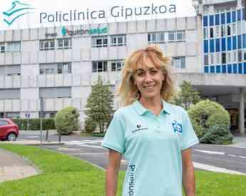 Foto de Lourdes Arana delante de Policlínica Gipuzkoa