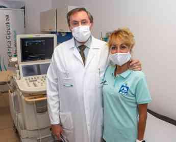 Foto de El Dr. Eduardo Alegría junto a Lourdes Arana