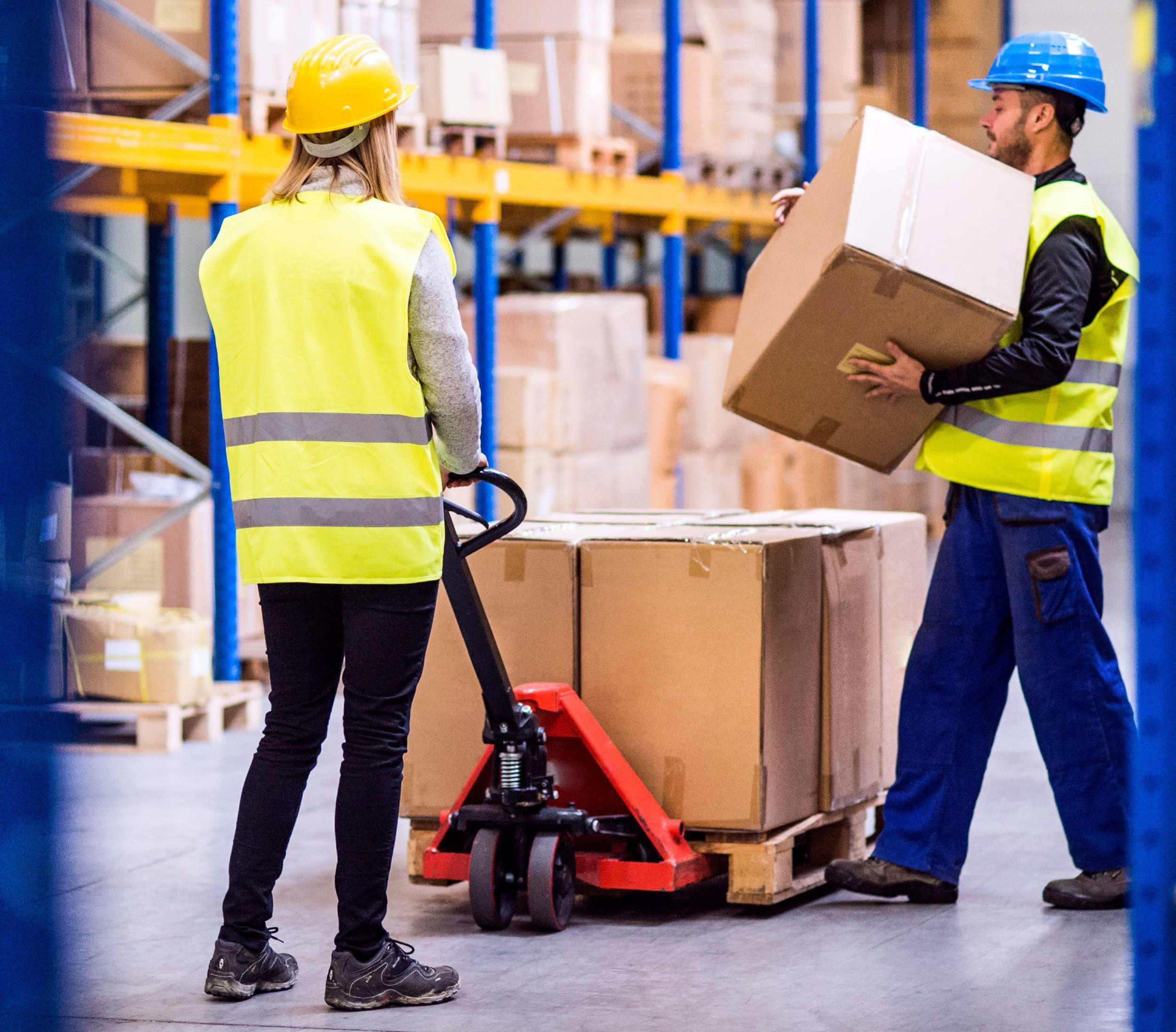 Fotografia Trabajadores en un almacén trabajando con EPIs