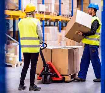 Noticias Logística | Trabajadores en un almacén trabajando con EPIs