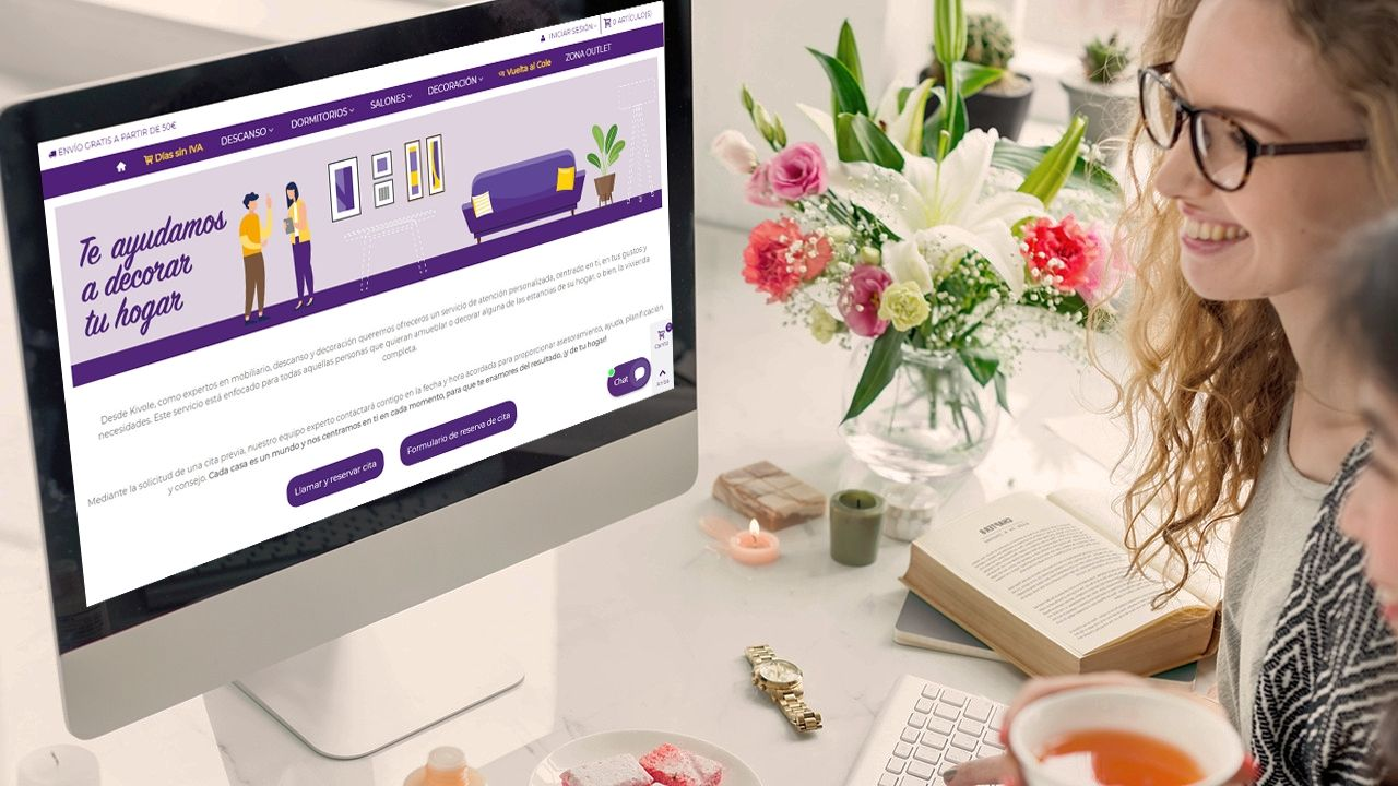 Fotografia Una usuaria de e-commerce navengando por internet en su