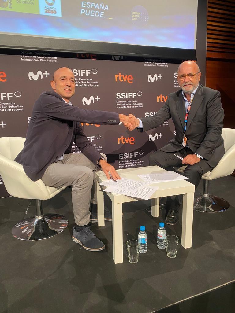 Foto de Foto tras la firma del acuerdo.