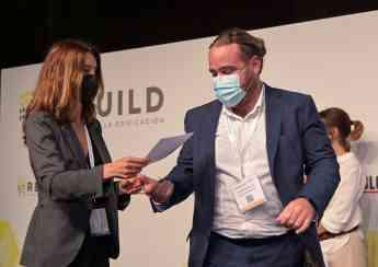 Rubén Sancho recibiendo el premio a mejor startup para Cosmos Engineering