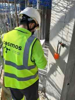 Foto de Técnico de CoSMoS durante la instalación en Benidorm Beach